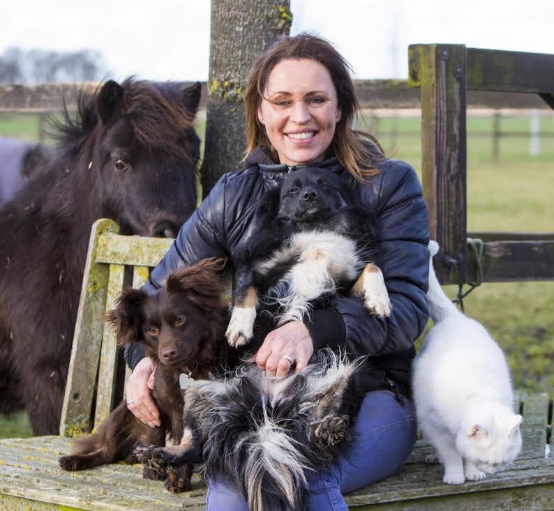 Hanna met diertjes op het Telegraaf bankje